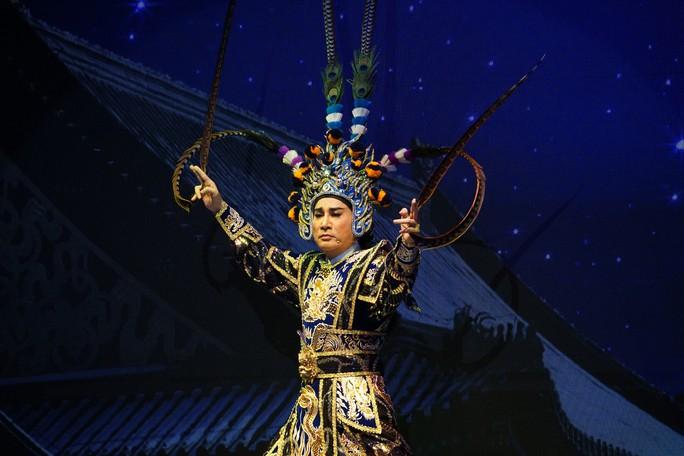 Khán giả Hà Nội xem live show của Kim Tử Long đến nửa đêm - Ảnh 1.