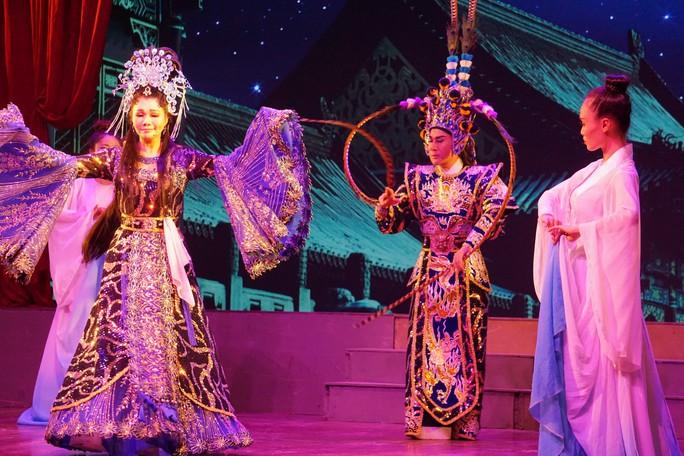 Khán giả Hà Nội xem live show của Kim Tử Long đến nửa đêm - Ảnh 10.