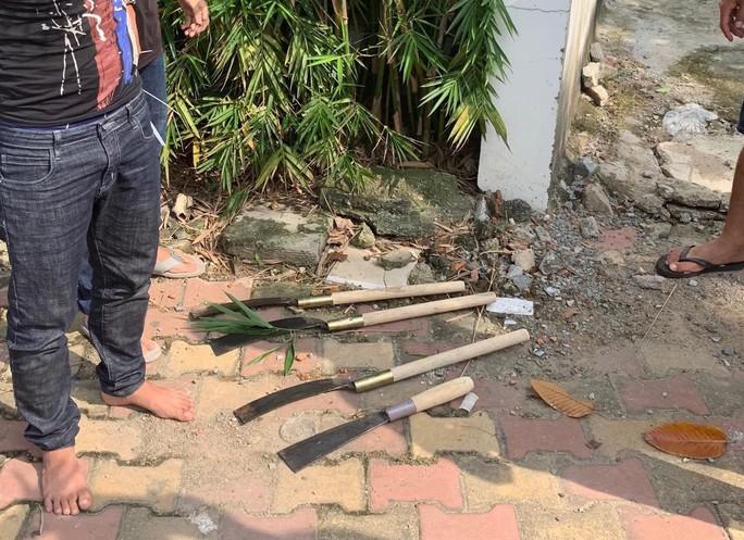 Bình Dương: Công an nổ súng, bắn thủng lốp xe của băng nhóm giang hồ táo tợn - Ảnh 3.