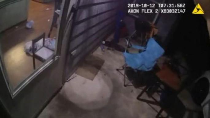 Mỹ: Cảnh sát bắn chết người phụ nữ da màu ngay tại nhà - Ảnh 2.