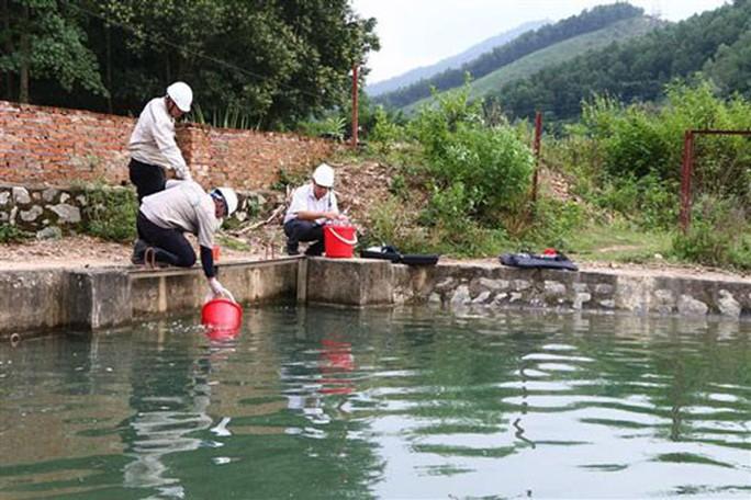 Nước sạch ở Hà Nội nghi nhiễm dầu - Ảnh 2.