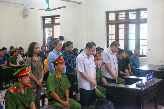 Vắng 101 người, toà xử vụ gian lận điểm thi ở Hà Giang vẫn tiếp tục - Ảnh 7.