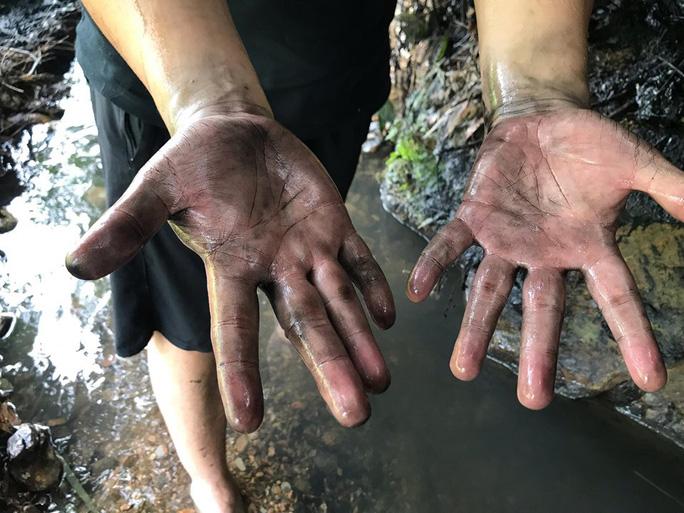 Cận cảnh dòng suối đầu nguồn nhà máy nước sông Đà dính đen dầu thải - Ảnh 7.