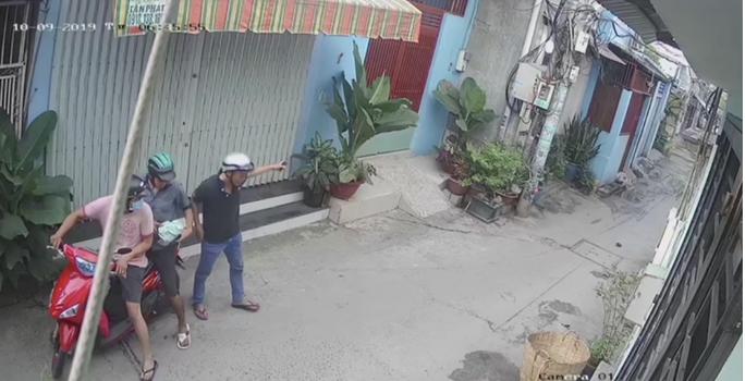 Công an TP HCM bắt khẩn cấp nhóm cướp giật giỏ xách chứa giấy báo tử - Ảnh 1.