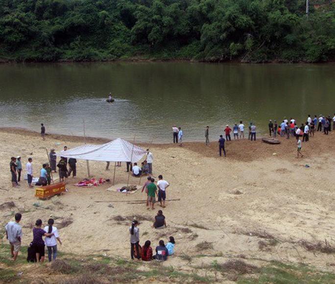 Đi đá bóng về rủ nhau tắm sông, 3 học sinh chết đuối - Ảnh 1.