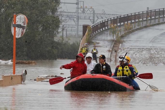 Nhật Bản gấp rút tìm kiếm người sống sót sau bão - Ảnh 1.