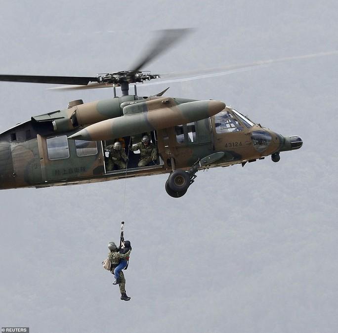 Bão Hagibis: Bà cụ thiệt mạng khi được kéo lên trực thăng - Ảnh 2.