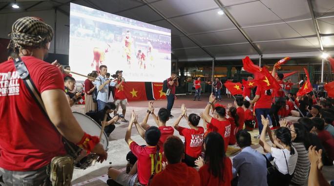 Hành trình hát vì đội tuyển: Cất cao tiếng hát từ trái tim gởi đến đội tuyển - Ảnh 7.