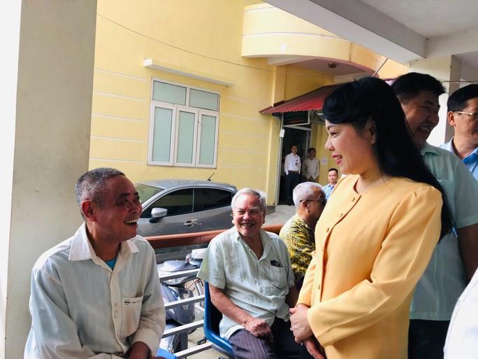 Bộ trưởng Nguyễn Thị Kim Tiến trò chuyện với người dân về chất lượng dịch vụ y tế - Ảnh 7.