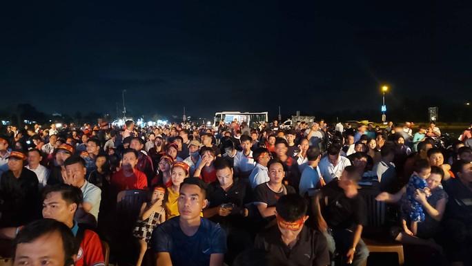 """CLIP: Dân Phú Quốc xem trực tiếp trận Việt Nam-Indonesia qua màn hình """"khủng"""" - Ảnh 9."""