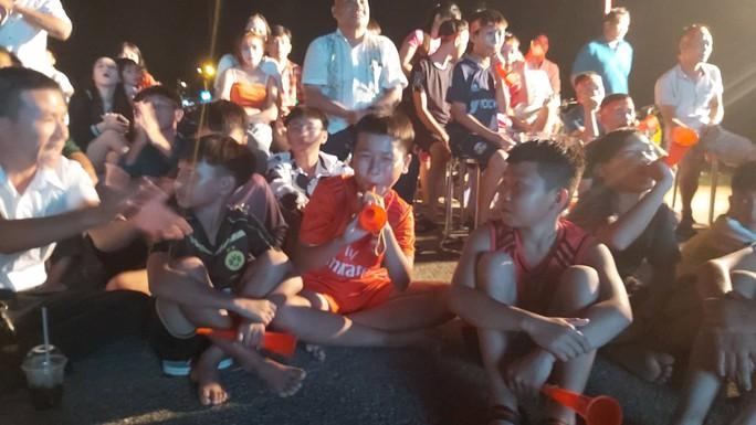 """CLIP: Dân Phú Quốc xem trực tiếp trận Việt Nam-Indonesia qua màn hình """"khủng"""" - Ảnh 14."""