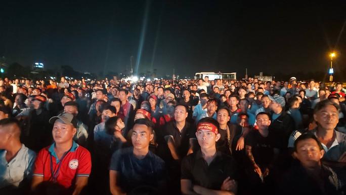 """CLIP: Dân Phú Quốc xem trực tiếp trận Việt Nam-Indonesia qua màn hình """"khủng"""" - Ảnh 10."""