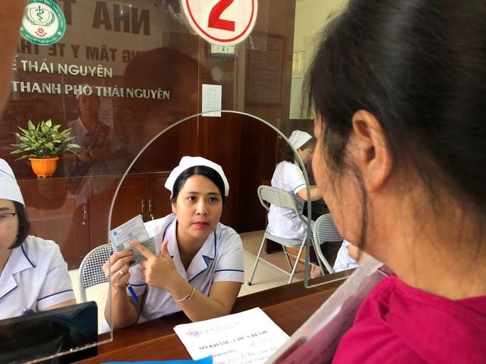 Bộ trưởng Nguyễn Thị Kim Tiến trò chuyện với người dân về chất lượng dịch vụ y tế - Ảnh 6.