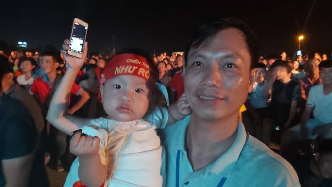 """CLIP: Dân Phú Quốc xem trực tiếp trận Việt Nam-Indonesia qua màn hình """"khủng"""" - Ảnh 7."""