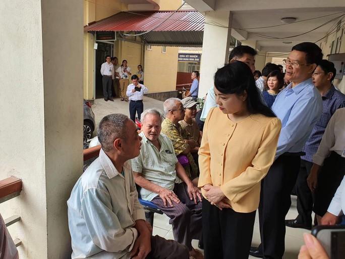 Bộ trưởng Nguyễn Thị Kim Tiến trò chuyện với người dân về chất lượng dịch vụ y tế - Ảnh 5.