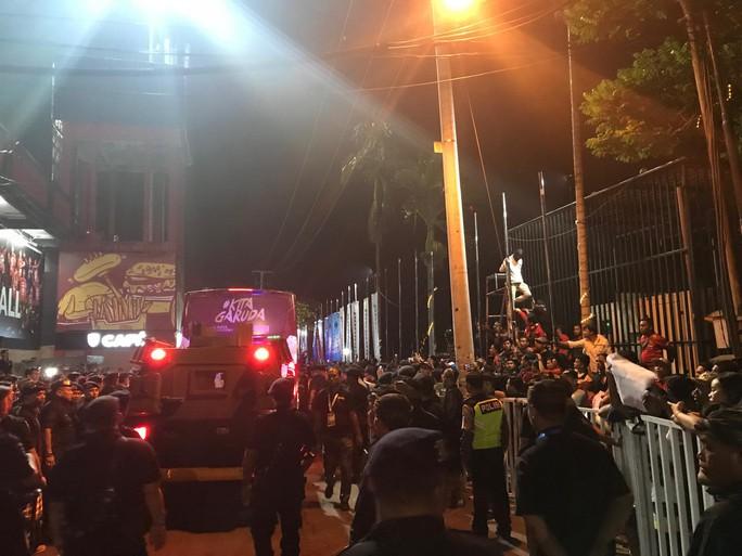 Thua Việt Nam, CĐV Indonesia náo loạn phòng họp báo, HLV McMenemy bị dọa giết - Ảnh 1.