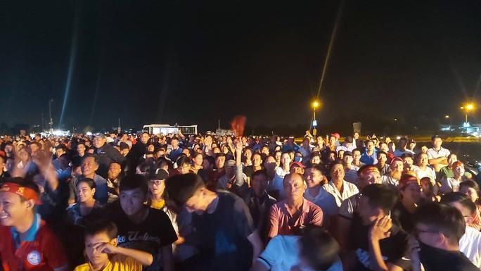 """CLIP: Dân Phú Quốc xem trực tiếp trận Việt Nam-Indonesia qua màn hình """"khủng"""" - Ảnh 12."""