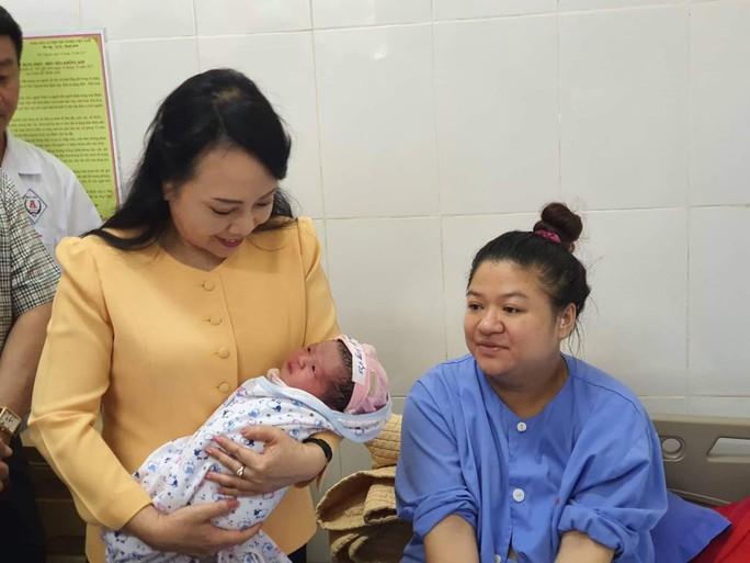 Bộ trưởng Nguyễn Thị Kim Tiến trò chuyện với người dân về chất lượng dịch vụ y tế - Ảnh 8.