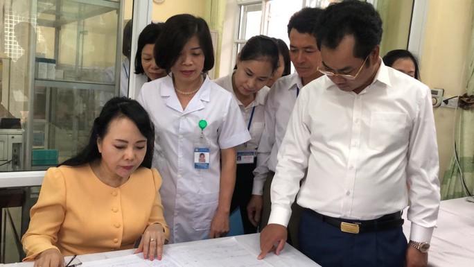 Bộ trưởng Nguyễn Thị Kim Tiến trò chuyện với người dân về chất lượng dịch vụ y tế - Ảnh 9.