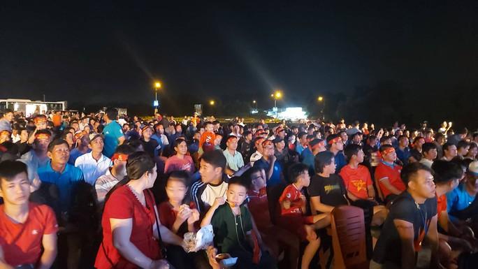 """CLIP: Dân Phú Quốc xem trực tiếp trận Việt Nam-Indonesia qua màn hình """"khủng"""" - Ảnh 13."""