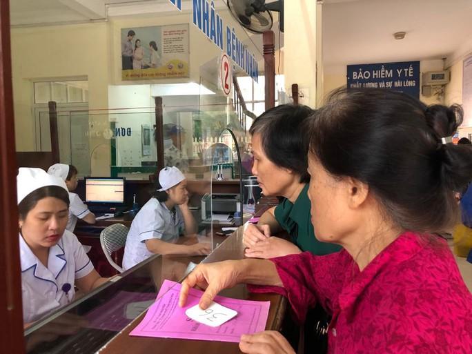 Bộ trưởng Nguyễn Thị Kim Tiến trò chuyện với người dân về chất lượng dịch vụ y tế - Ảnh 4.
