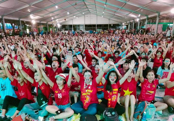 Hành trình hát vì đội tuyển: Cất cao tiếng hát từ trái tim gởi đến đội tuyển - Ảnh 3.