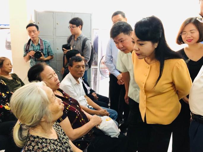 Bộ trưởng Nguyễn Thị Kim Tiến trò chuyện với người dân về chất lượng dịch vụ y tế - Ảnh 1.