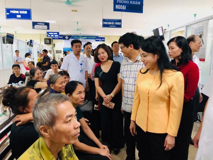 Bộ trưởng Nguyễn Thị Kim Tiến trò chuyện với người dân về chất lượng dịch vụ y tế - Ảnh 3.