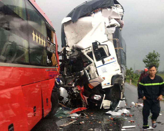 Xe khách giường nằm đấu đầu xe tải, 1 người chết, 15 người bị thương - Ảnh 1.