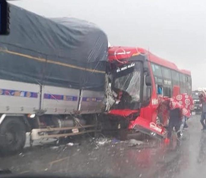 Xe khách giường nằm đấu đầu xe tải, 1 người chết, 15 người bị thương - Ảnh 2.