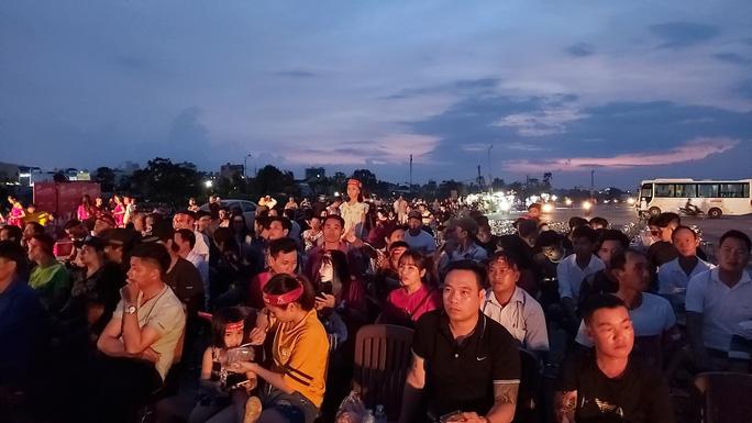 """CLIP: Dân Phú Quốc xem trực tiếp trận Việt Nam-Indonesia qua màn hình """"khủng"""" - Ảnh 6."""