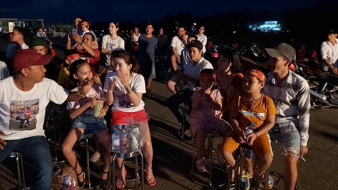 """CLIP: Dân Phú Quốc xem trực tiếp trận Việt Nam-Indonesia qua màn hình """"khủng"""" - Ảnh 4."""