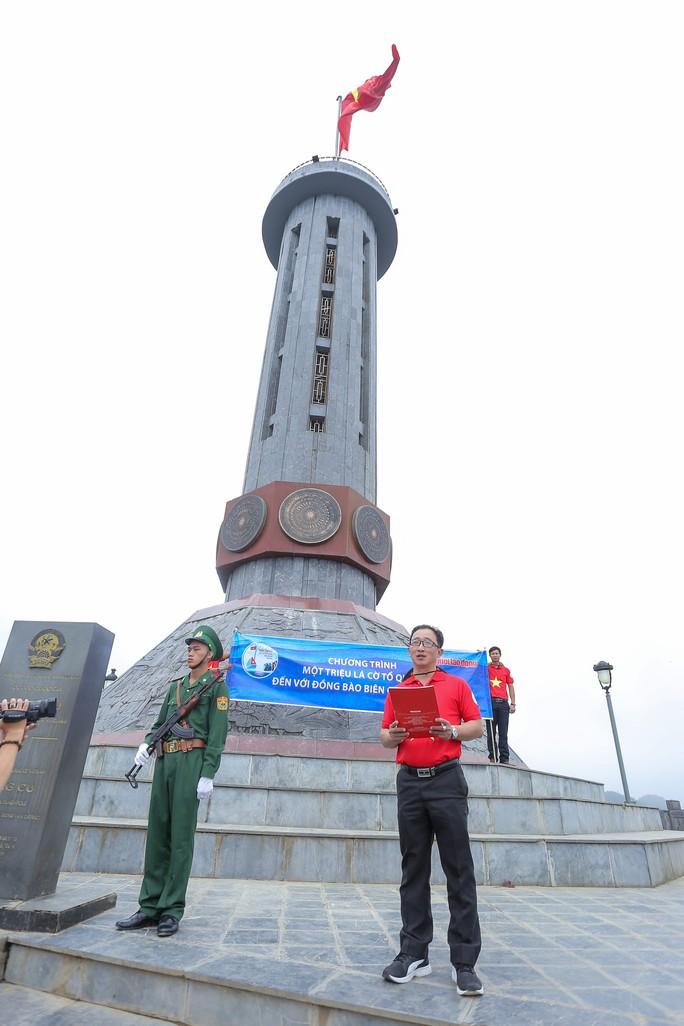 Xúc động Lễ Chào cờ tại Cột cờ Quốc gia Lũng Cú của Báo Người Lao động - Ảnh 3.