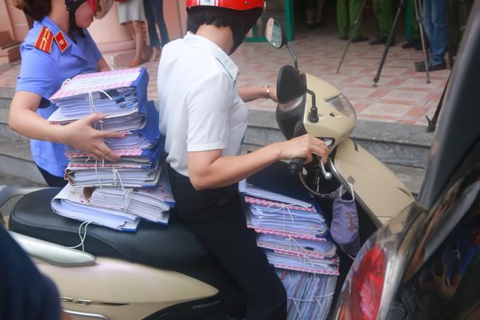 Gian lận điểm thi Hà Giang: Vì sao công an để Vũ Trọng Lương đưa xe tải vào đưa bài thi tới nơi khác? - Ảnh 1.