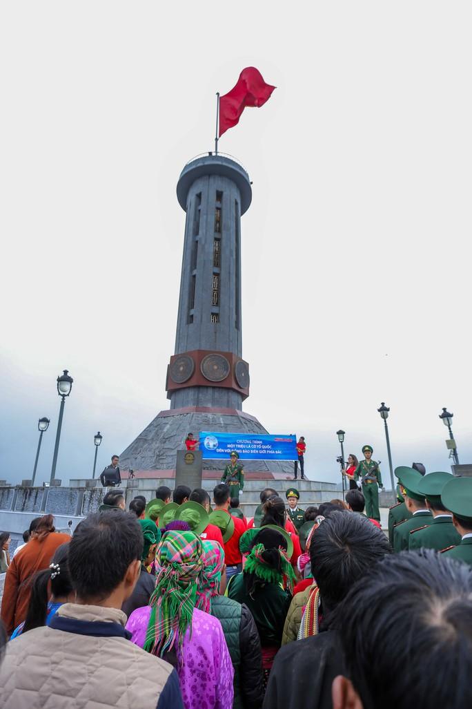 Xúc động Lễ Chào cờ tại Cột cờ Quốc gia Lũng Cú của Báo Người Lao động - Ảnh 2.