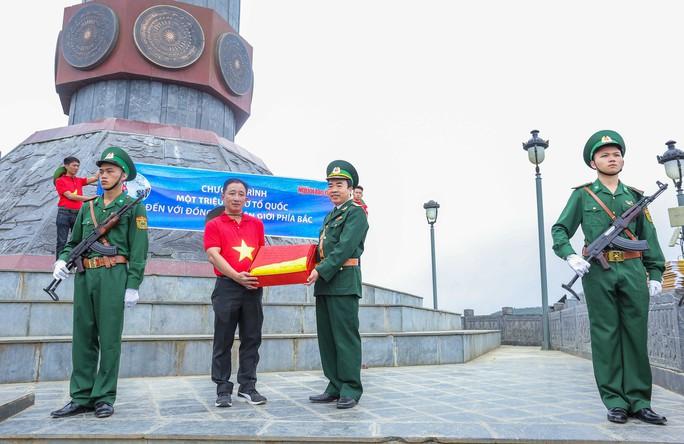 Xúc động Lễ Chào cờ tại Cột cờ Quốc gia Lũng Cú của Báo Người Lao động - Ảnh 7.