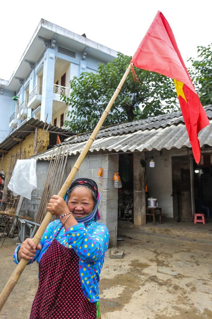 Xúc động Lễ Chào cờ tại Cột cờ Quốc gia Lũng Cú của Báo Người Lao động - Ảnh 16.