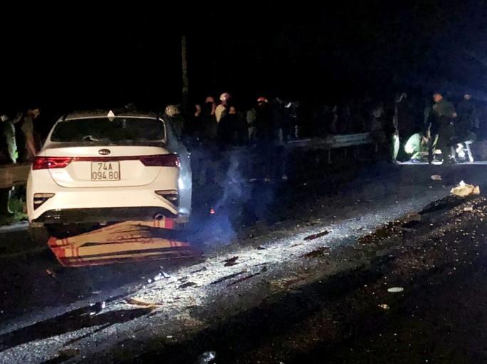 Hai vợ chồng và con trai chết thảm sau cú va chạm với ôtô - Ảnh 2.