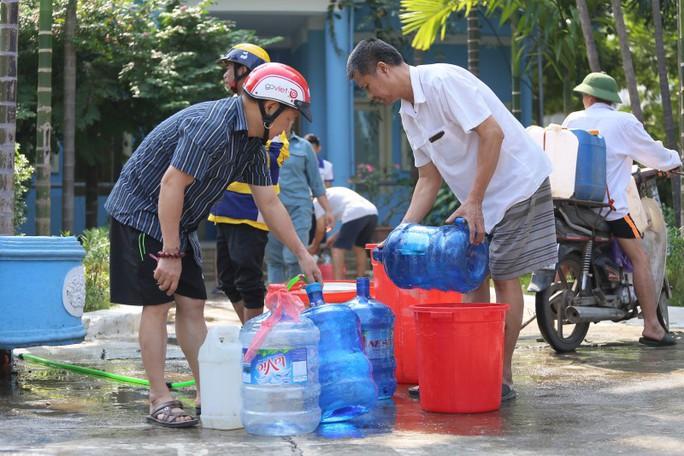 Công ty Sông Đà tạm ngừng cấp nước sau sự cố nhiễm dầu, súc xả toàn bộ đường ống - Ảnh 1.