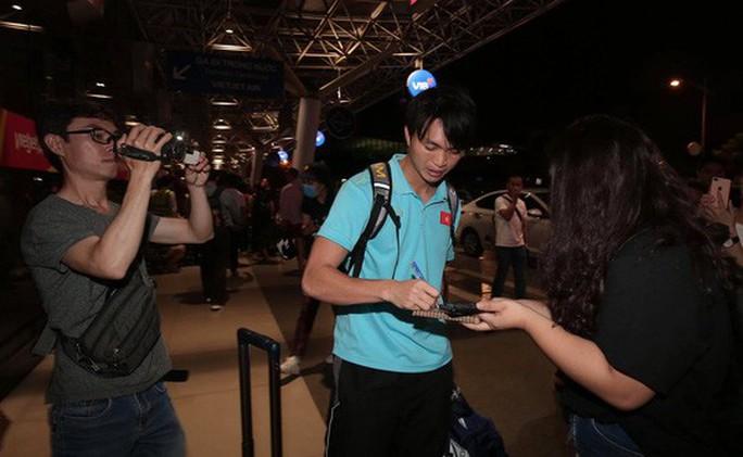 Thầy trò HLV Park Hang-seo về đến TP HCM - Ảnh 1.