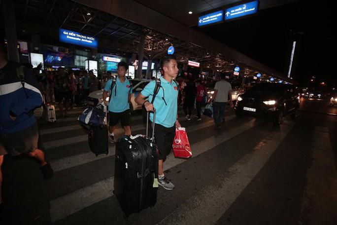 Thầy trò HLV Park Hang-seo về đến TP HCM - Ảnh 7.