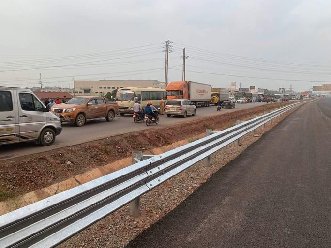 Cháy xe khách, Ban Quản lý cao tốc Bắc Giang – Lạng Sơn mở lối phân làn - Ảnh 2.