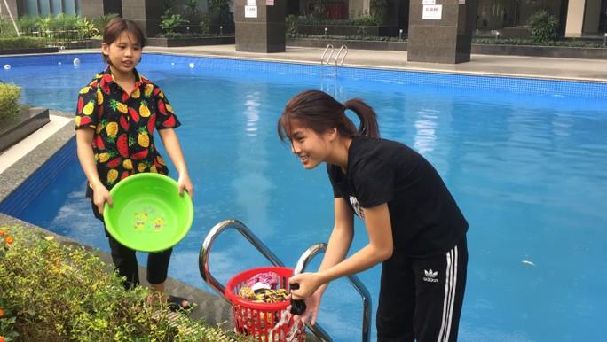 Thiếu nước sạch do nhiễm dầu, người dân Hà Nội phải giặt quần áo ở bể bơi - Ảnh 7.