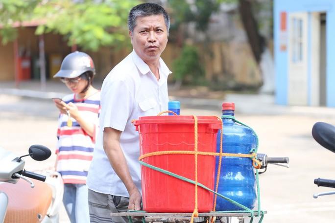 Thiếu nước sạch do nhiễm dầu, người dân Hà Nội phải giặt quần áo ở bể bơi - Ảnh 10.