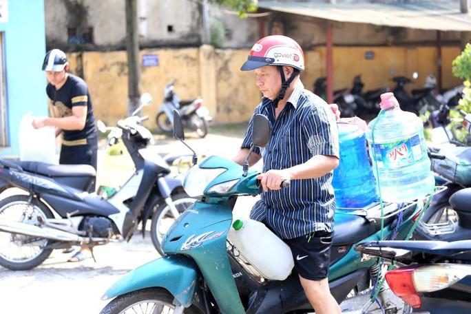 Thiếu nước sạch do nhiễm dầu, người dân Hà Nội phải giặt quần áo ở bể bơi - Ảnh 9.