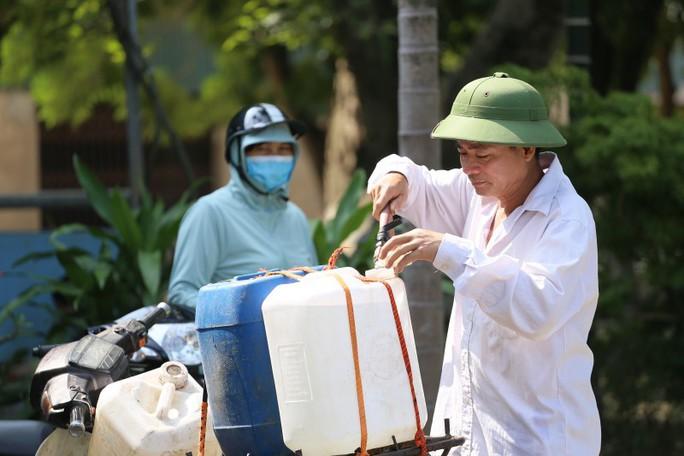 Thiếu nước sạch do nhiễm dầu, người dân Hà Nội phải giặt quần áo ở bể bơi - Ảnh 8.