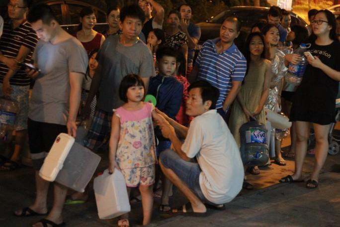 Thiếu nước sạch do nhiễm dầu, người dân Hà Nội phải giặt quần áo ở bể bơi - Ảnh 5.