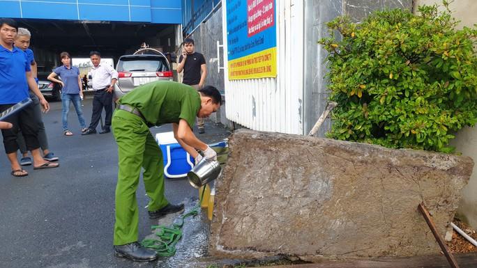 Phát hiện một công ty giặt công nghiệp xả trực tiếp chất thải ra môi trường - Ảnh 1.