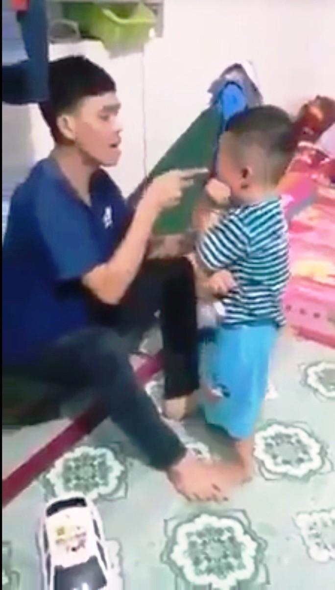 CLIP: Bé trai khoảng 3 tuổi ở Mỹ Tho bị người lớn đánh tới tấp - Ảnh 1.