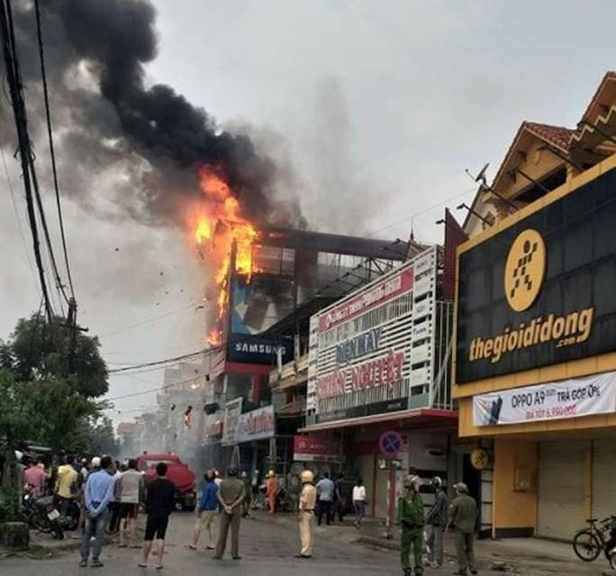 Cháy lớn ở siêu thị điện máy Dũng Loan, gây thiệt hại lớn - Ảnh 1.